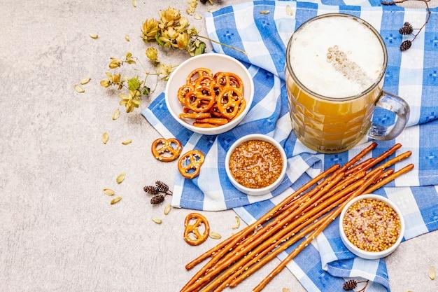 オクトーバーフェストの食べ物と飲み物のセット Premium写真