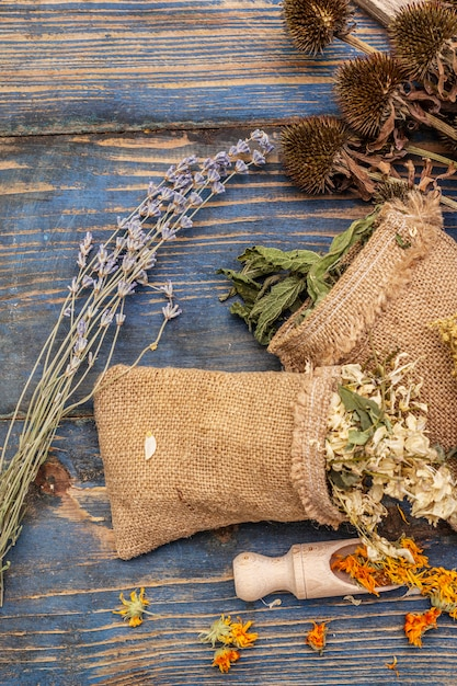 ハーブ収穫コレクションと野生ハーブの花束。代替医療。自然薬局、セルフケアのコンセプト Premium写真