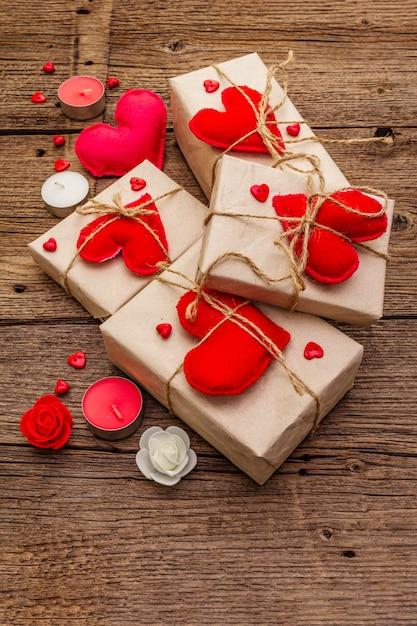 Праздничные шкатулки из крафт-бумаги с красными фетровыми сердечками Premium Фотографии