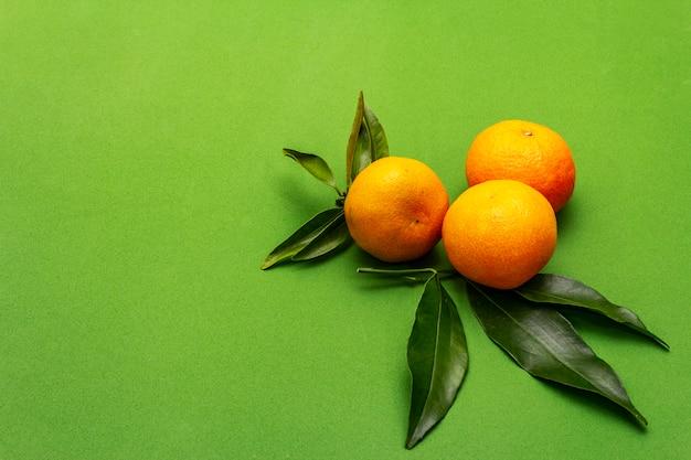 熟したみかんの葉。新鮮な果物 Premium写真