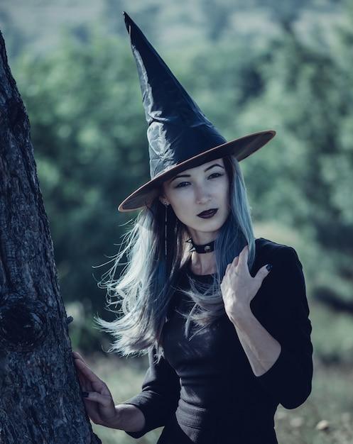 美しいハロウィーンの魔女 Premium写真
