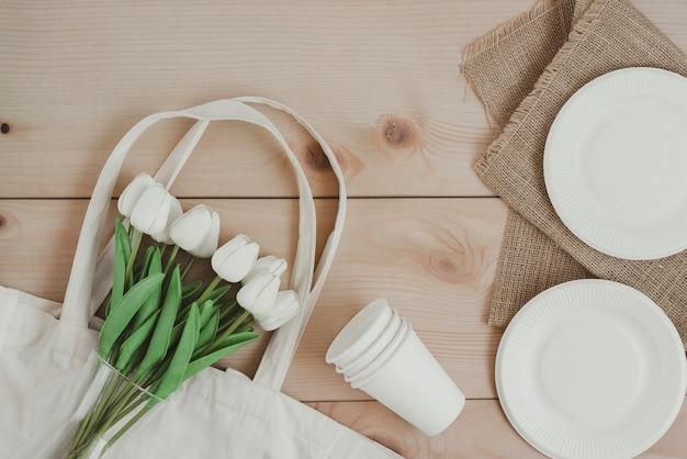Бумажная пищевая упаковка и сумка для покупок из экологически чистых материалов Premium Фотографии