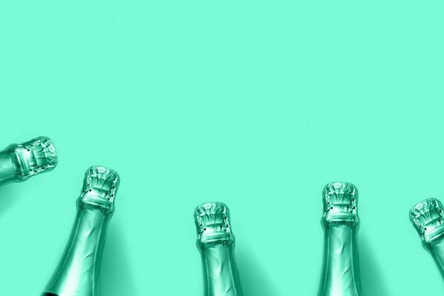 Бутылки шампанского тонированное бискайским зеленым на фоне мяты Premium Фотографии