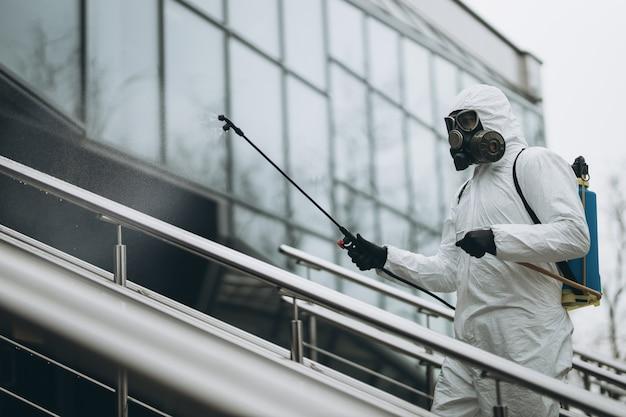 Очистка и дезинфекция экстерьера здания Premium Фотографии