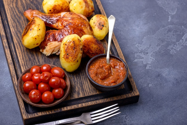 Жареное куриное мясо и картофель с соусом Premium Фотографии
