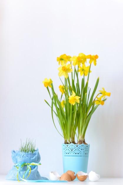 植木鉢と卵のシェルでイースター花水仙 Premium写真