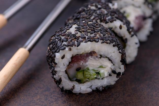 Крупный план суши ролл с лососем и черным кунжутом Premium Фотографии