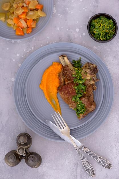 牛肉とじゃがいものグラモラータと野菜 Premium写真
