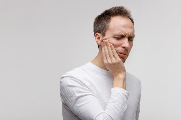 歯の問題、歯痛に苦しむ男性 Premium写真