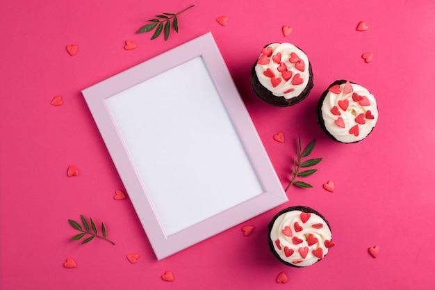 ハートで飾られたカップケーキ。愛。バレンタインデーのコンセプトです。コピースペース、トップビュー。 Premium写真