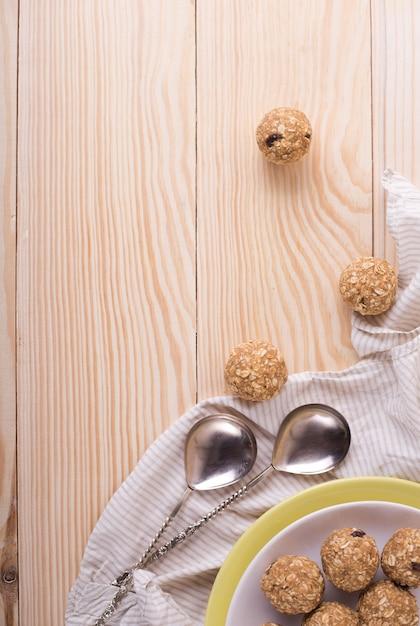 レーズンアーモンドハニーブリスボール。自家製の健康的な生エネルギーの甘いボール-ベジタリアンデザート。 Premium写真