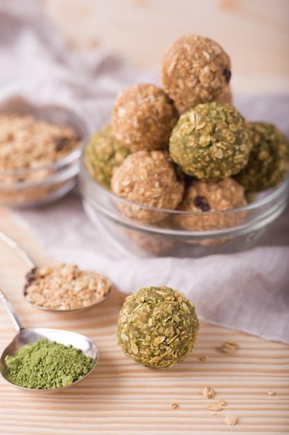 Укусы мюсли здоровой органической энергии с орехами, изюмом, маття и медом - веганские вегетарианские сырые закуски или еда Premium Фотографии