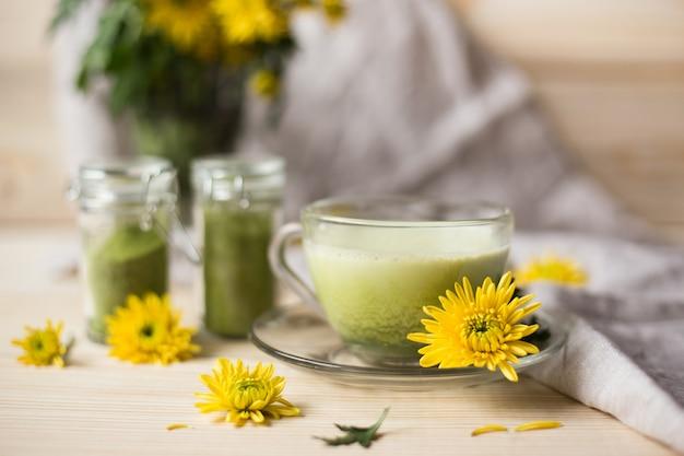 抹茶パウダー入りカップの抹茶ラテ Premium写真