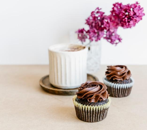 ライラックの花とカップケーキ Premium写真