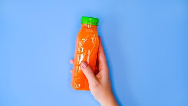 手ににんじんジュース。 Premium写真