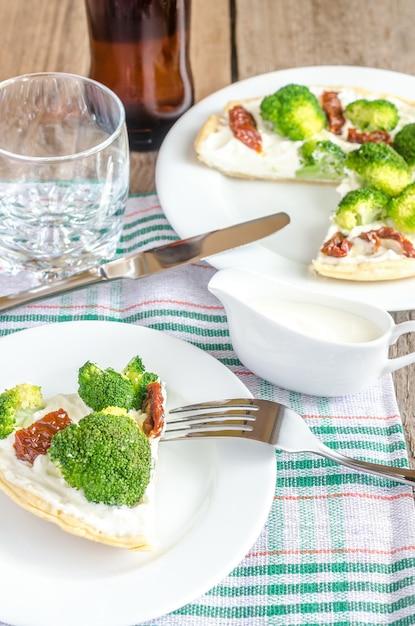 Киш с брокколи и вялеными помидорами Premium Фотографии