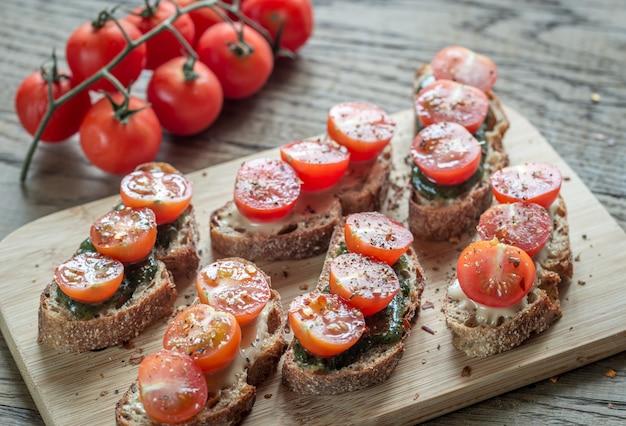 タヒニとミントソースとチェリートマトのトースト Premium写真