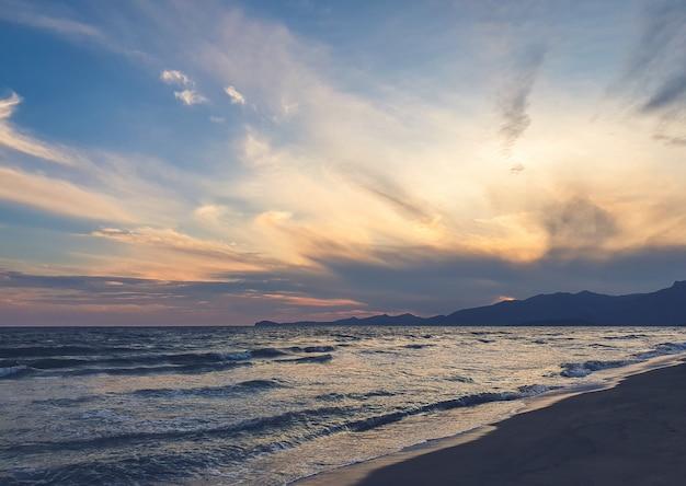 ビーチの夕日 Premium写真