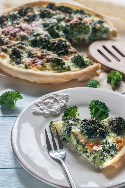 Пирог с брокколи и сыром Premium Фотографии