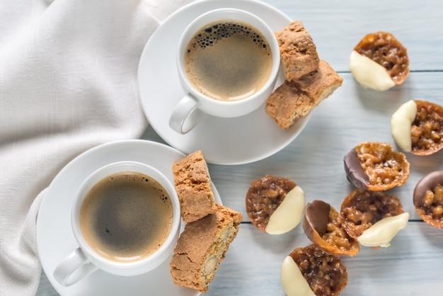 フィレンツェのクッキーとコーヒーのカップ Premium写真