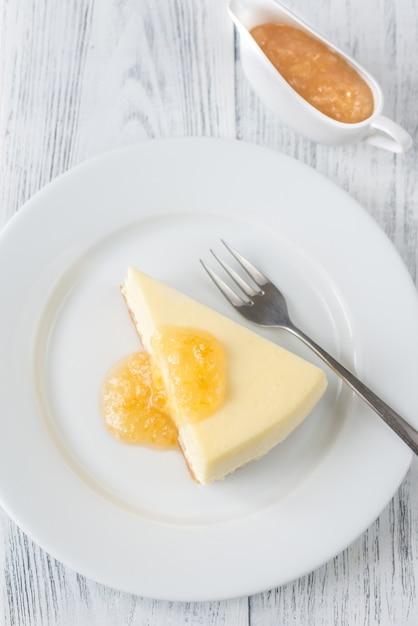 木製のテーブルに伝統的なチーズケーキ Premium写真