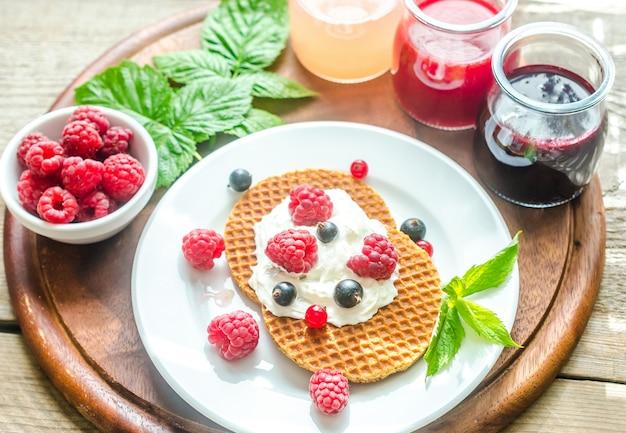 ホイップクリームとフレッシュベリーのベルギーワッフル Premium写真
