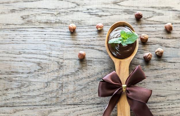 Деревянная ложка шоколадного крема со свежей мятой Premium Фотографии