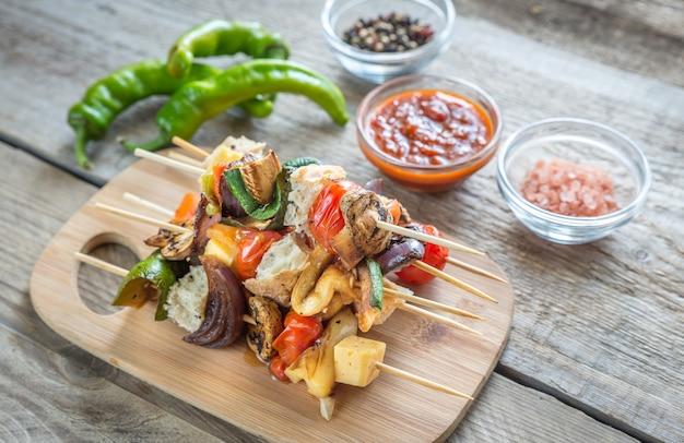 木の板に野菜の串焼き Premium写真