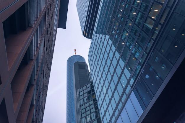 ビジネス地区の建物の底面図。 Premium写真