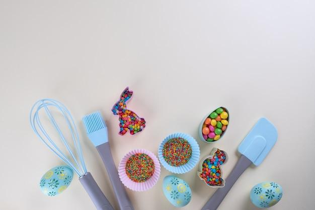 Приготовление пряников. ножницы для пасхального печенья, инструменты, необходимые для приготовления пряничного теста, цветные посыпки. пасхальная концепция. Premium Фотографии