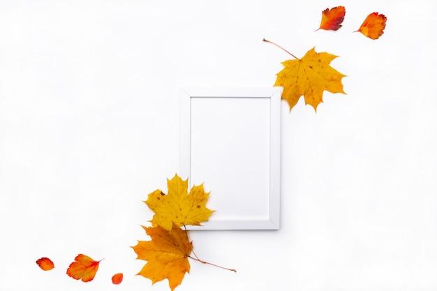 白い背景の美しい秋の乾燥葉で作られたフレーム。秋のコンセプト。秋の背景。フラット横たわっていた、トップビュー、コピースペース Premium写真