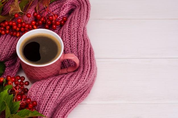 コピースペースと秋の組成:ガマズミの枝とコーヒー・マグ Premium写真
