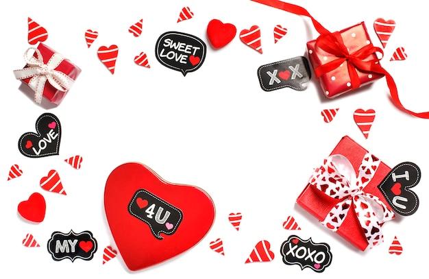 Красные подарочные коробки и красные сердца, изолированные на белом фоне. день святого валентина Premium Фотографии