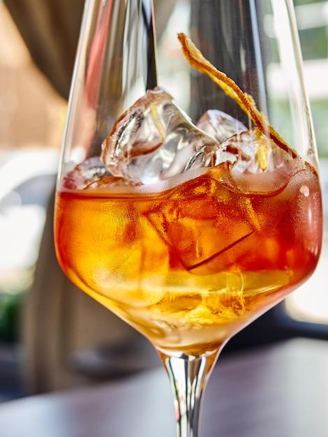 グラスに氷、ドライオレンジのワイン Premium写真