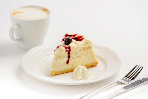 Вкусный сырный пирог с джемом и чашкой капучино Premium Фотографии