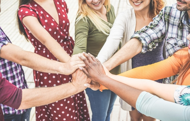 Юные друзья складывают руки Premium Фотографии