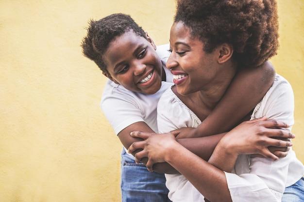 彼女の子供を楽しんで幸せな若い母-彼の母の屋外を抱いて息子-家族のライフスタイル、母性、愛と優しい瞬間のコンセプト-子供の顔に焦点を当てる Premium写真