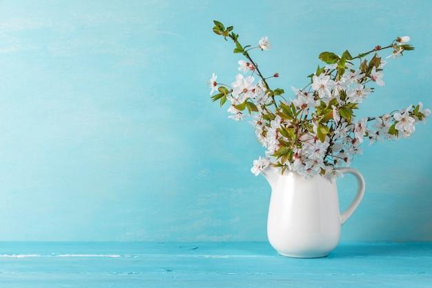 Натюрморт с красивыми весенними цветами сакуры на синий деревянный стол с копией пространства Premium Фотографии