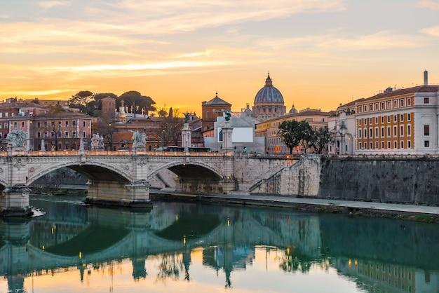 Рим, италия. ватиканский купол базилики святого петра или сан-пьетро и мост сант-анджело через реку тибр Premium Фотографии