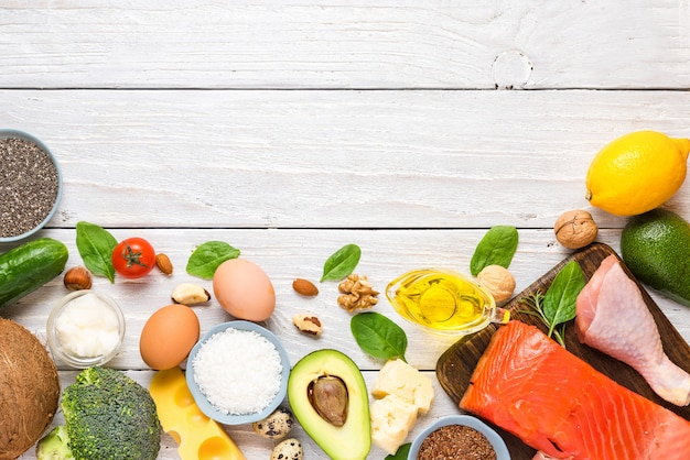 ケト、ケトン生成ダイエットのコンセプト、低炭水化物、高脂肪、健康食品。上面図 Premium写真
