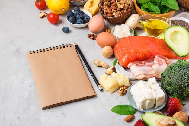 ケトジェニックダイエット食品。健康的な低炭水化物製品。ケトダイエットコンセプト。野菜、魚、肉、ナッツ、種子、果実、チーズ Premium写真