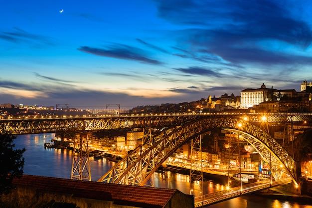 Порту, португалия, старый город с моста дом луис в ночное время от вила-нова-де-гайя Premium Фотографии