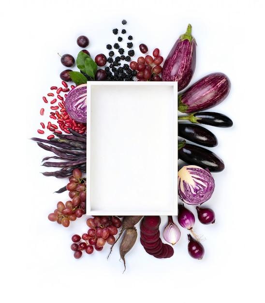 プレートの周りの生の紫野菜と果物 Premium写真