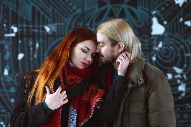 冬の街でスタイリッシュなカップル Premium写真