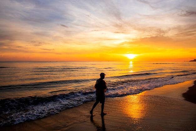 Рыбак стоял в ожидании у моря утром, на рассвете, провинция сонгкхла, страна таиланд Premium Фотографии