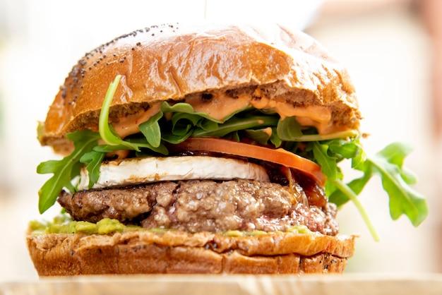 Бургер и картофель фри тарелка фри и гамбургер Premium Фотографии