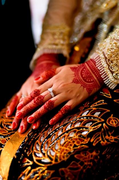 バティックと結婚指輪を着て伝統的なジャワ女性手 Premium写真