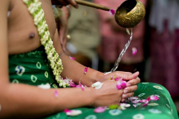伝統的なジャワ新郎はシラマンの結婚式をしています Premium写真