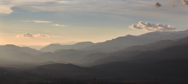 小さな村アルプの近く、スペインからの美しい山のシルエット Premium写真