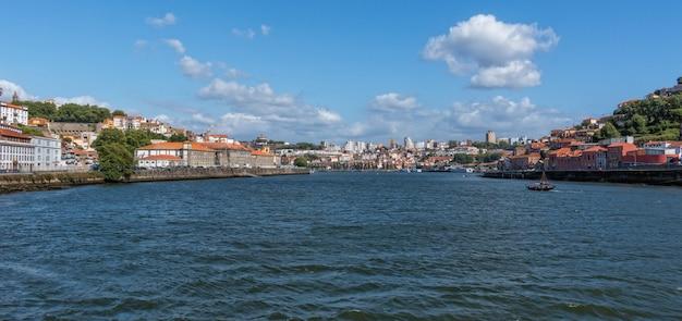 Панорамное изображение старого города порто, португалия с рекой дору Premium Фотографии